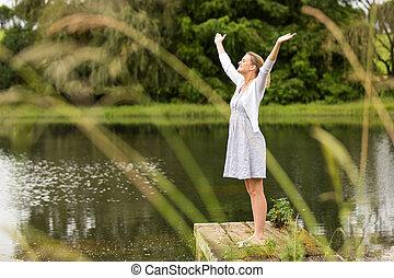 braços, mulher, estendido, lago, jovem