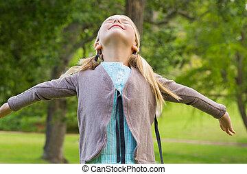 braços, parque, menina, cima, olhar, estendido
