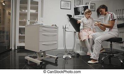 braces., peu, conduites, fond, bureau, après, tête, installation, cleaning., dentiste, consultation, brosse, apprentissage, dents, girl, dentiste, ton, rayon x, orthodontiste