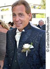Braeutigam in eleganter Kleidung - Groom in elegant clothes