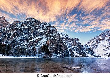 braies, itália, inverno, di, sobre, dolomites, lago, amanhecer