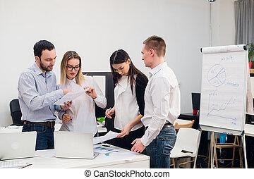 brainstorm., 그룹, 의, 쾌활한, 실업가, 에서, 현명한 임시 노동자, 착용, 보는, 그만큼, 휴대용 퍼스널 컴퓨터, 함께, 와..., 미소