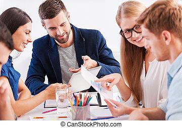 brainstorming., gruppo, di, allegro, persone affari, in, casuale astuto, indossare, lavorare insieme, mentre, sedere tavola