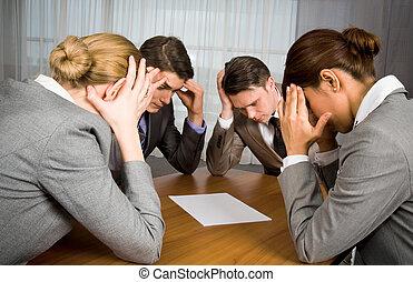 Brainstorming - Portrait of business people sitting around ...