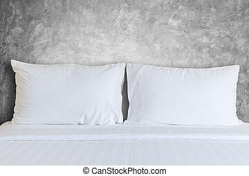 branca, bedding, folhas, e, travesseiro, em, quarto hotel