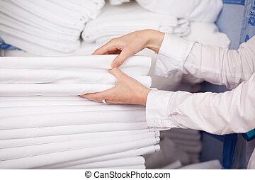 branca, bedsheets, empilhado, em, estoque, sala