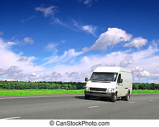 branca, furgão, ligado, rodovia rural, sob, céu azul