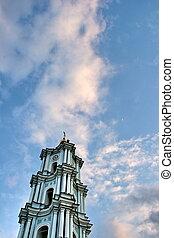 branca, igreja, campanário, dentro, sob, profundo, azul, céu nublado