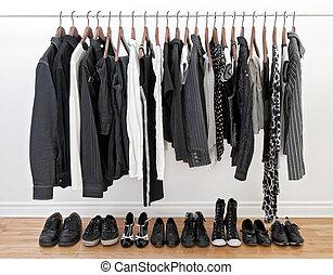 branca, mulher, homem preto, roupas