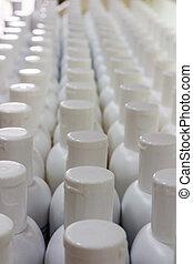 branca, plástico, creme, garrafas, em, rows.