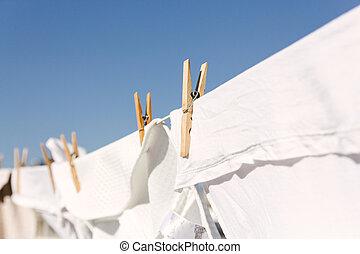 branca, roupas, pendurado, saída, secar, em, a, luminoso, morno, sol