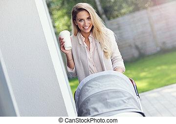 branché, dehors, moderne, poussette, mère