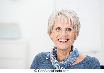 branché, femme aînée, à, a, beau sourire