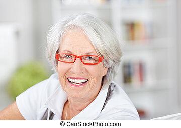branché, femme aînée, moderne, lunettes