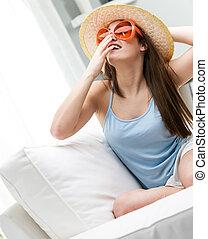 branché, femme, lunettes soleil, jeune, sunhat