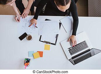 branche hold, arbejde på, en, nye, plan, hos, laptop