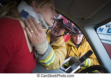 brandbestrijders, portie, een, verwonde vrouw, in een auto