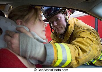 brandmän, portion, en, sårad woman, i en bil
