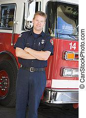 brandman, stående, framme av, brandbil