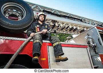 brandman, vatten transportera, slang, sittande, firefighting