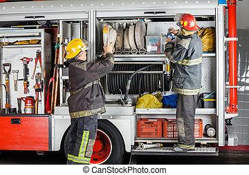 brandweerkazerne, brandweerlieden, vrachtwagen, werkende