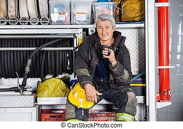 brandweerman, vuur, zittende , station, vrachtwagen, het glimlachen