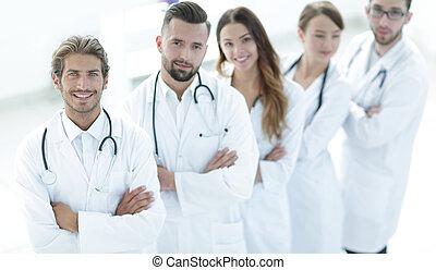 bras croisés, fond, équipe, debout, monde médical, blanc