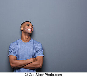 bras croisés, rire, homme africain, heureux