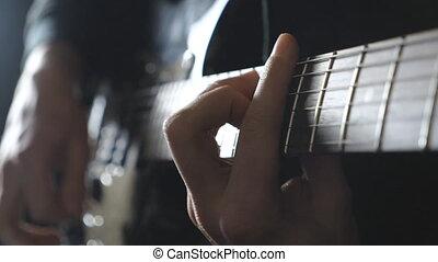 bras, de, mâle, musicien, jouer, sur, électrique, guitar., grand plan, doigts, de, guitariste, strumming, les, strings., mains, de, type, exécuter, solo, de, rocher, music., adulte, homme, jeux, sur, a, musical, instrument., ralenti