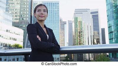 bras, femme affaires, bâtiments, placer, sourire, contre, bureau, traversé