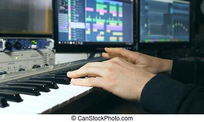 bras, fin, enregistrement, lent, jeux, doigts, mens, synthétiseur, musique, nouveau, piano, pianiste, solo, musicien, keys., mains, studio., son, ou, haut, jouer, mouvement, mâle, melody.