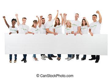 bras haussés, confiant, tenue, vide, panneau affichage, volontaires