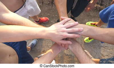 bras haut, pile, gens, équipe, nature., amis, dehors., outdoor., mettre, mains, mâle, sommet, ensemble., fin, vue, joindre, obtenir, ensemble, former, collaboration, groupe, athlètes