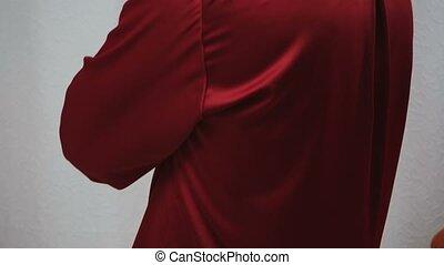 bras, homme, poser, pyjamas, traversé, soie, rouges