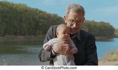 bras, liaison, grand-père, nourrisson, grandiose, grand-child., bébé, dehors., parent, tenue