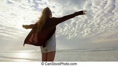 bras, vue mer, arrière, regarder, tendu, plage, femme, jeune, 4k
