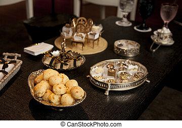 brasileiro, lanche, queijo, pão, (pao, de, queijo), ligado, bandeja prata, ligado, um, escuro, madeira, tabela