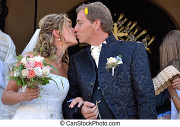 Brautpaar kuesst sich - Wedding couple kissing