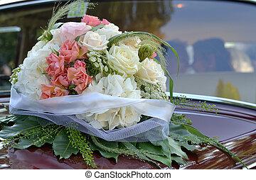 Brautstrauss am Hochzeitsauto - Bridal bouquet on wedding...