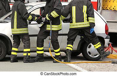 bravos, bombeiros, aliviar, um, ferido, após, um, acidente estrada