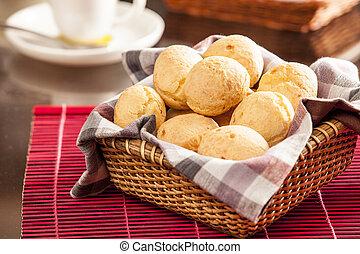 Brazilian cheese buns. Mesa de café da manha com pão de...