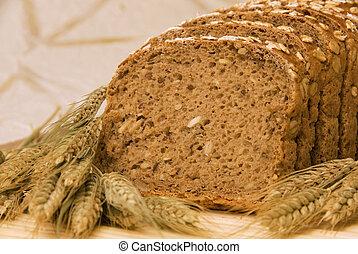 Bread slices and natural cereals / Brotscheiben dekoriert mit Ge