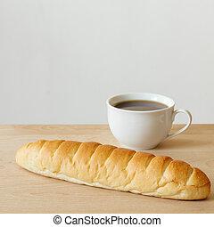 bread, y, café, en, tabla de madera, con, fondo blanco