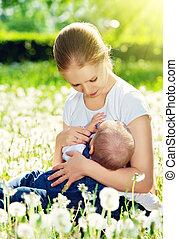 breastfeeding., mãe, alimentação, dela, bebê, em, natureza, prado verde, com, flores brancas