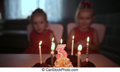 brennender, festlicher, angezogene , gesammelt, candles., zwei, bezaubern, kuchen, zwilling, geburstag, family., schwestern, klein