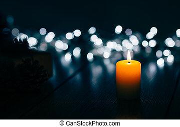 brennender, kerze, auf, a, tisch, mit, weihnachtsdekorationen