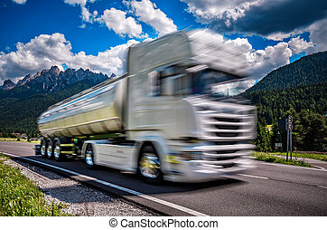brennstofflastwagen, eile, unten, der, landstraße, in, der, hintergrund, der, alps., lastwagen, auto, bewegung, blur.