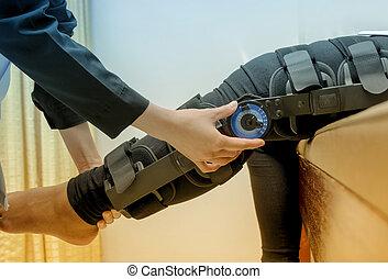 bretelles, genou, 's, rééducation, jambe, patient, ajuster, blessure, kinésithérapeute