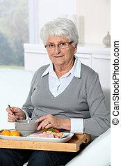 bricka, äldre, sittande, kvinna, soffa, lunch
