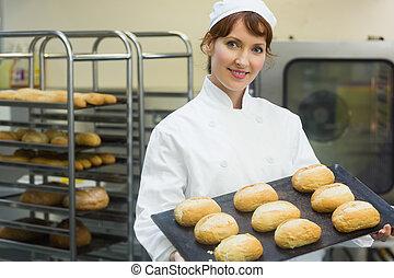 bricka, rolls, bagare, kvinnlig, visande, någon, bakning, lycklig